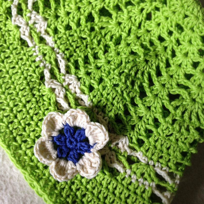 Pattern of a crocheted hat with flower for a girl
