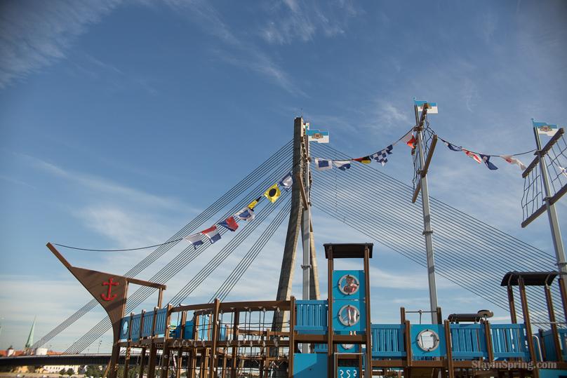 Jauns rotaļlaukums Ķipsalā Daugavas krastā
