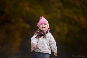 девочка двух лет в осеннем лесу